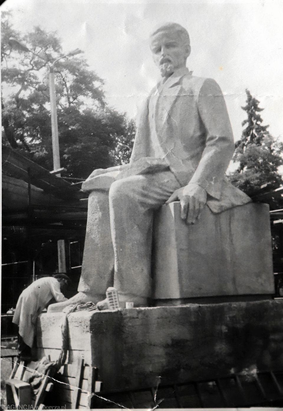 Budowa pomnika Henryka Sienkiewicza w III Alei. Zdjęcie z archiwum rodzinnego