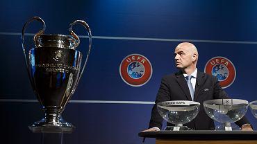 Sekretarz generalny Gianni Infantino podczas losowania par eliminacyjnych do Ligi Mistrzów
