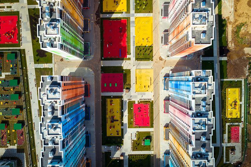 Architekci z Iosa Ghini Associati wykorzystali kolorowe płytki, by odnowić oblicze rosyjskiego osiedla mieszkaniowego.