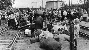 Obóz przejściowy Dulag 121 w Pruszkowie, październik 1944 r. Warszawiacy wypędzeni z miasta po upadku powstania czekają na rampie kolejowej na zakwaterowanie w którejś z obozowych hal.