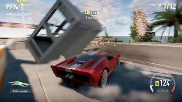 Moment kolizji samochodu z budką telefoniczną w grze Forza Horizon 2.