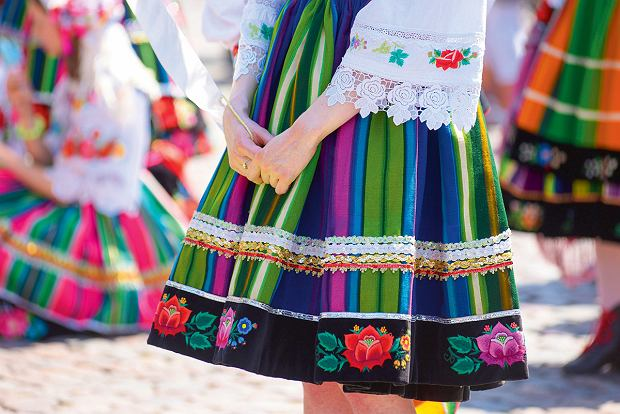 Strój łowicki uważany jest za najbardziej efektowny ubiór z terenu Mazowsza. Głównym jego elementem jest kiecka składająca się z dwóch zszytych części: aksamitnego haftowanego stanika i pasiastej, suto marszczonej spódnicy z aksamitką doszytą wokół dolnego brzegu