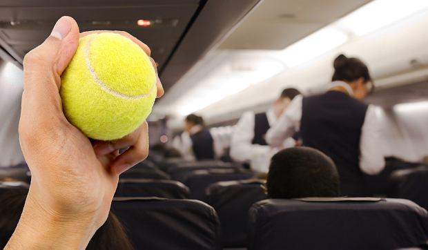 Źle znosisz podróż samolotem? Zabierz ze sobą na pokład piłkę tenisową [WYJAŚNIAMY]