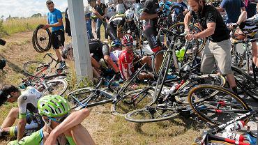 Kolarze po kraksie na trzecim etapie Tour de France