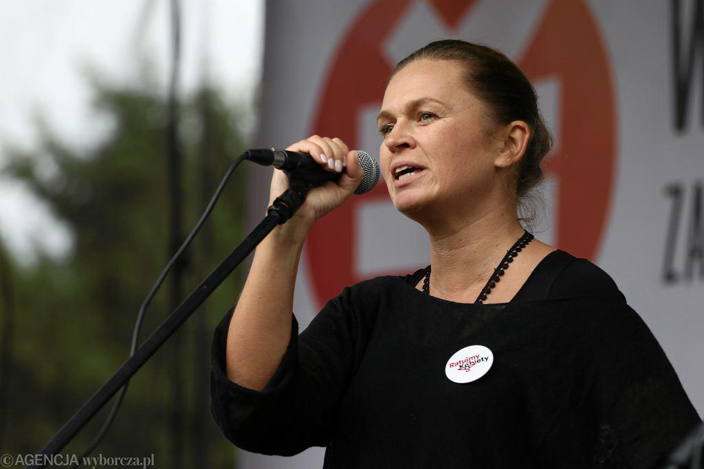 Barbara Nowacka podczas demonstracji przed Sejmem 'Wolne Polki - wolna Polska'. Warszawa, 24 września 2017