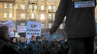 Protest listonoszy przed dyrekcją Poczty Polskiej. Demonstranci domagają się podwyżek. Katowice, 16.03.2017