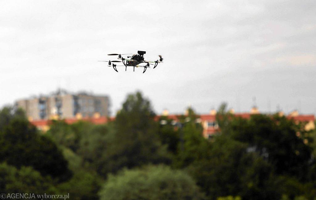 Zdjęcie ilustracyjne. Dron w powietrzu