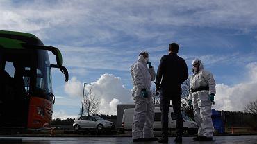 Służby medyczne kontrolują kierowców i pasażerów na granicy, Czechy.