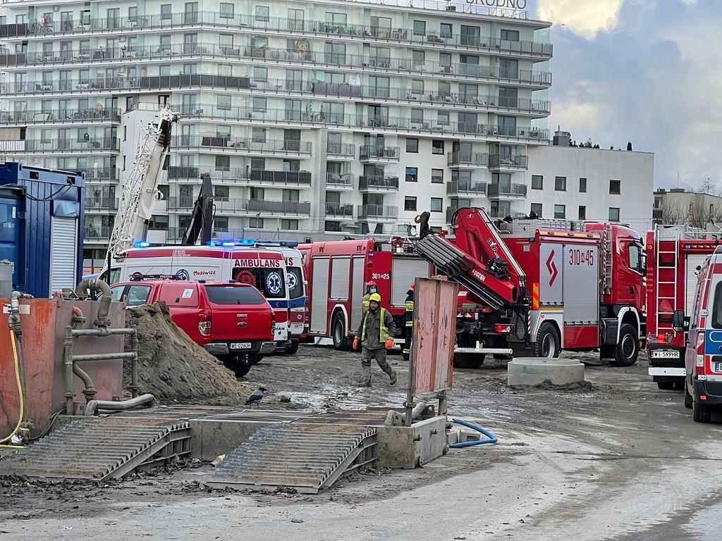 Wypadek na budowie metra na Targówku. Łyżka od koparki spadła na pracowników