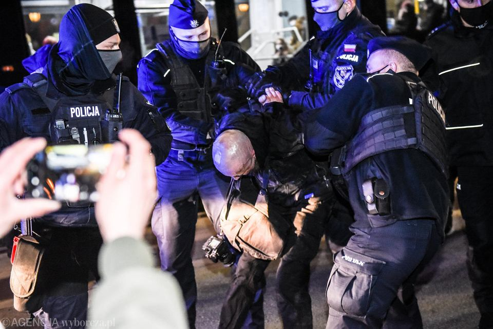 https://bi.im-g.pl/im/59/9e/19/z26862937V,Strajk-Kobiet-we-Wroclawiu--Doszlo-do-szarpaniny--.jpg