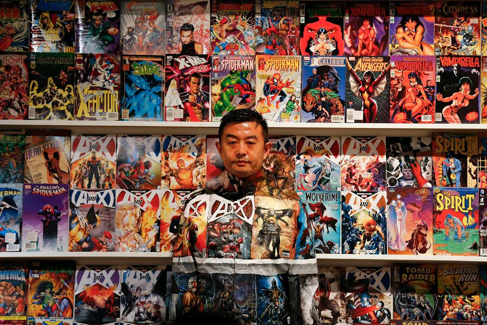 Tak, to człowiek. Konkretnie Chińczyk Liu Bolin. To artysta, który specjalizuje się we wtapianiu się w tło. Ma na koncie kilkadziesiąt tego typu realizacji.