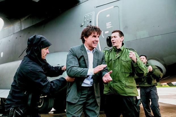 Z Tomem Cruise'em na lotnisku RAF po udanej ewolucji. Tomek wypina linkę, do której przypięty był aktor.
