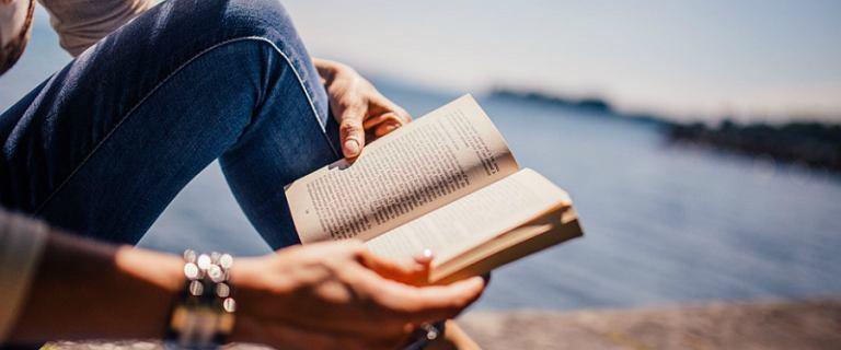 Książki, które warto wziąć ze sobą na urlop. Nasza lista TOP 5 tytułów