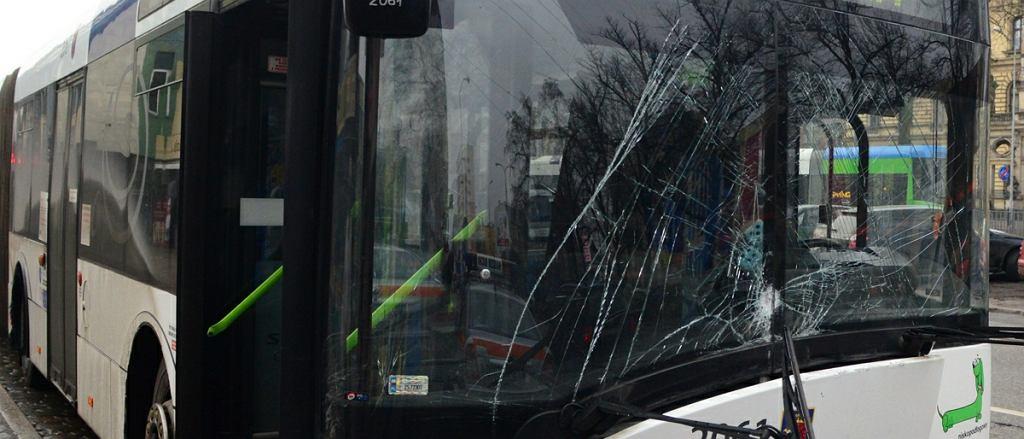 Rozbita szyba w autobusie (zdj. ilustracyjne)
