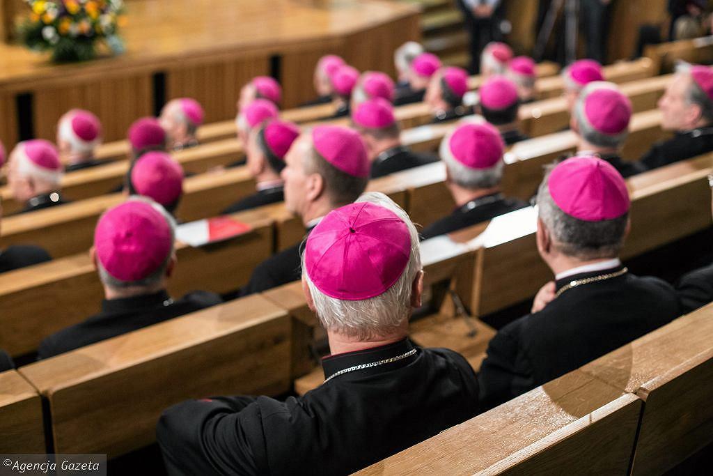 CBOS: coraz więcej Polaków negatywnie ocenia Kościół [SONDAŻ]