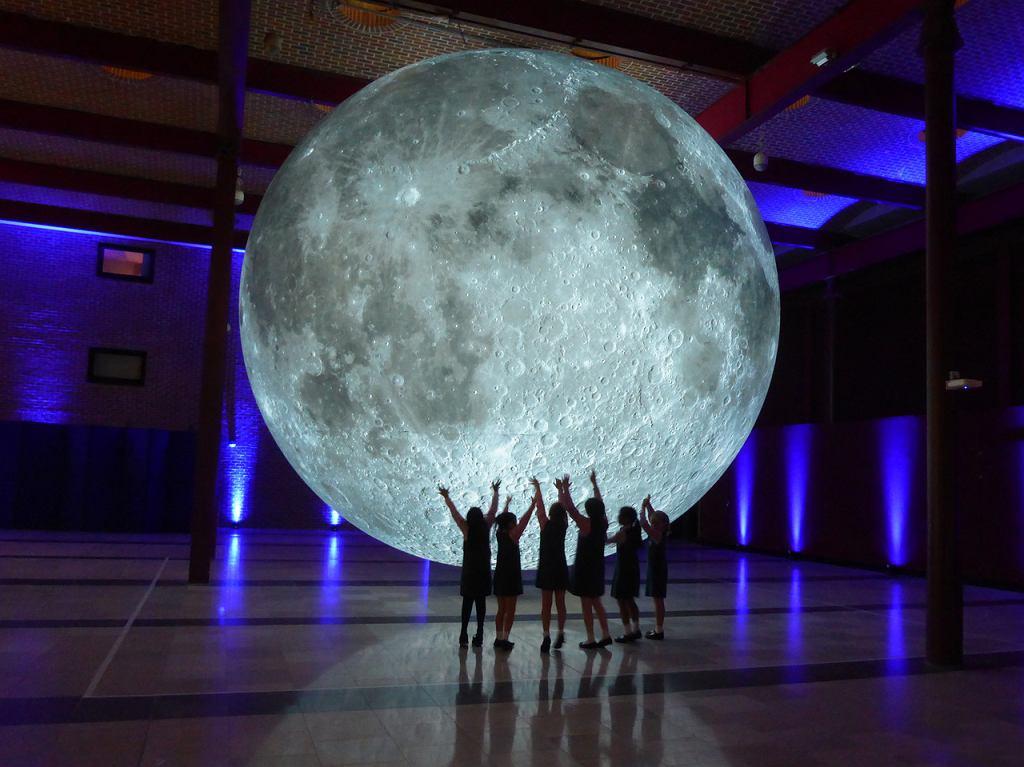 Instalacja artystyczna Luke'a Jerrama pt. 'Museum of the Moon'. / Centrum Nauki Kopernik