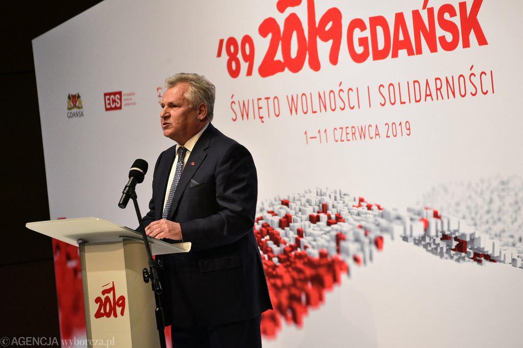Były prezydent Aleksander Kwaśniewski podczas Międzynarodowego Forum Obywatelskiego '1989-2019 Narodziny nowej Europy'. Wydarzenie wpisuje się w obchody 30. rocznicy wyborów 4 czerwca 1989 r. Gdańsk, ECS, 4 czerwca 2019