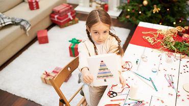Kartki świąteczne DIY? Nic prostszego! Dzieci na pewno pomogą i będą zachwycone, że ich własnoręcznie zrobione kartki bożonarodzeniowe 'pójdą w świat'.