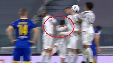 Cristiano Ronaldo schowany w murze