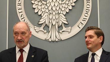 Antoni Macierewicz, minister obrony narodowej w rządzie Beaty Szydło ze swoim zastępcą Bartoszem Kownackim