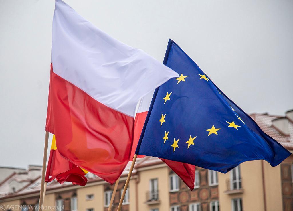 Krajowe Plany Odbudowy mają trafić do Brukseli do jutra (Na zdjęciu flagi Polski oraz Unii Europejskiej)