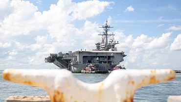 Lotniskowiec USS Abraham Lincoln odpływa z Norfolk