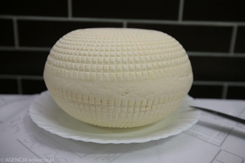 Ser koryciński swój kształt i charakterystyczny wzór zawdzięcza sitom, w których odsącza się go z serwatki.