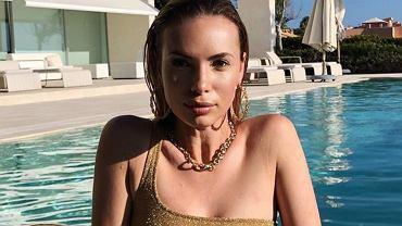 Izabela Janachowska wyjechała na luksusowe wakacje. Pręży się w basenie w brokatowym stroju.