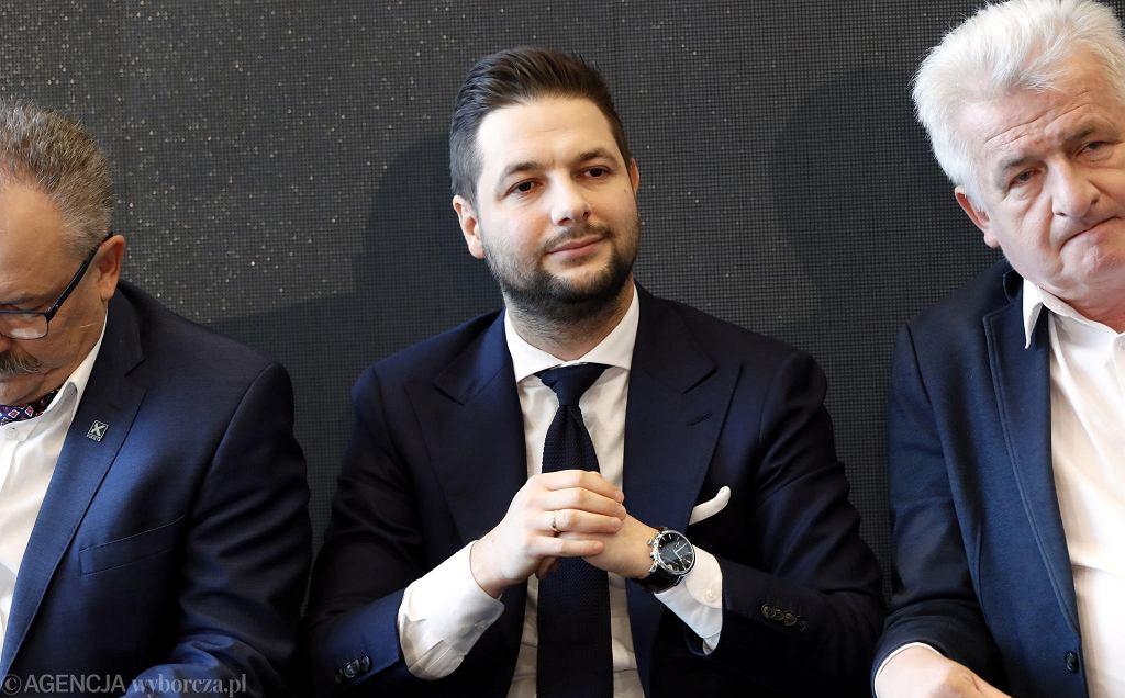 Patryk Jaki w otoczeniu innych kandydatów na prezydenta Warszawy - po jego lewej Piotr Ikonowicz, po prawej - Marek Jakubiak