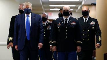 Donald Trump po raz pierwszy publicznie założył maseczkę