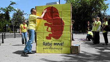 Aktywiści z Komitetu Inicjatywy Ustawodawczej 'Stop aborcji', podczas pikiety i konferencji przed Sejmem. Projekt został złożony 14 września 2016 r. w trybie petycji, co oznacza, że jego autorzy nie musieli - jak w przypadku ustaw obywatelskich - zebrać pod nim 100 tys. podpisów.