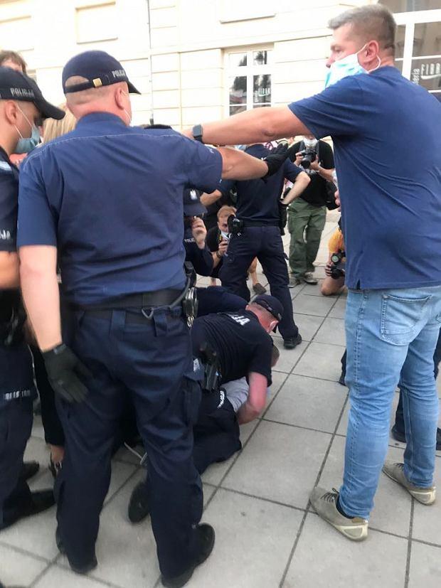 Protest na Krakowskim Przedmieściu przeciwko aresztowi dla aktywistki LGBT. Interwencja policji