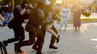 Białoruska milicja aresztuje demonstranta w Mińsku.