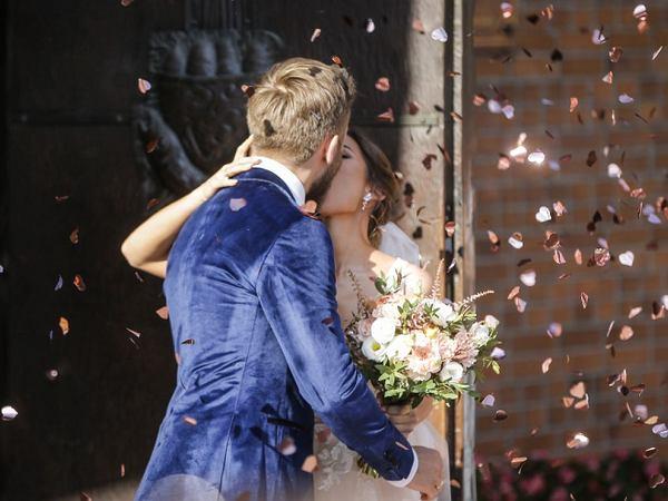 """Gwiazdor """"Na Wspólnej"""" ożenił się! Aktor postawił na nietypowy garnitur. Panna młoda miała koronkową suknię [ZDJĘCIA]"""