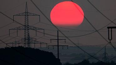 Zachód słońca nad liniami energetycznymi pod Frankfurtem w Niemczech.