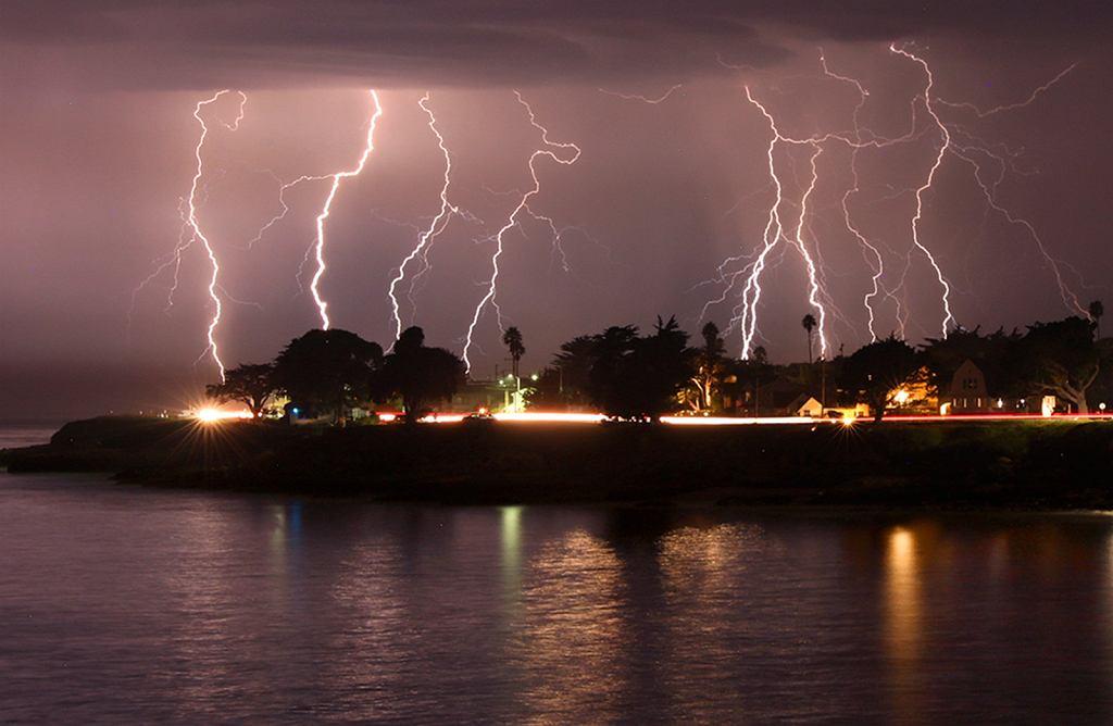 Rzadka sierpniowa burza z piorunami w Santa Cruz w Kalifornii.