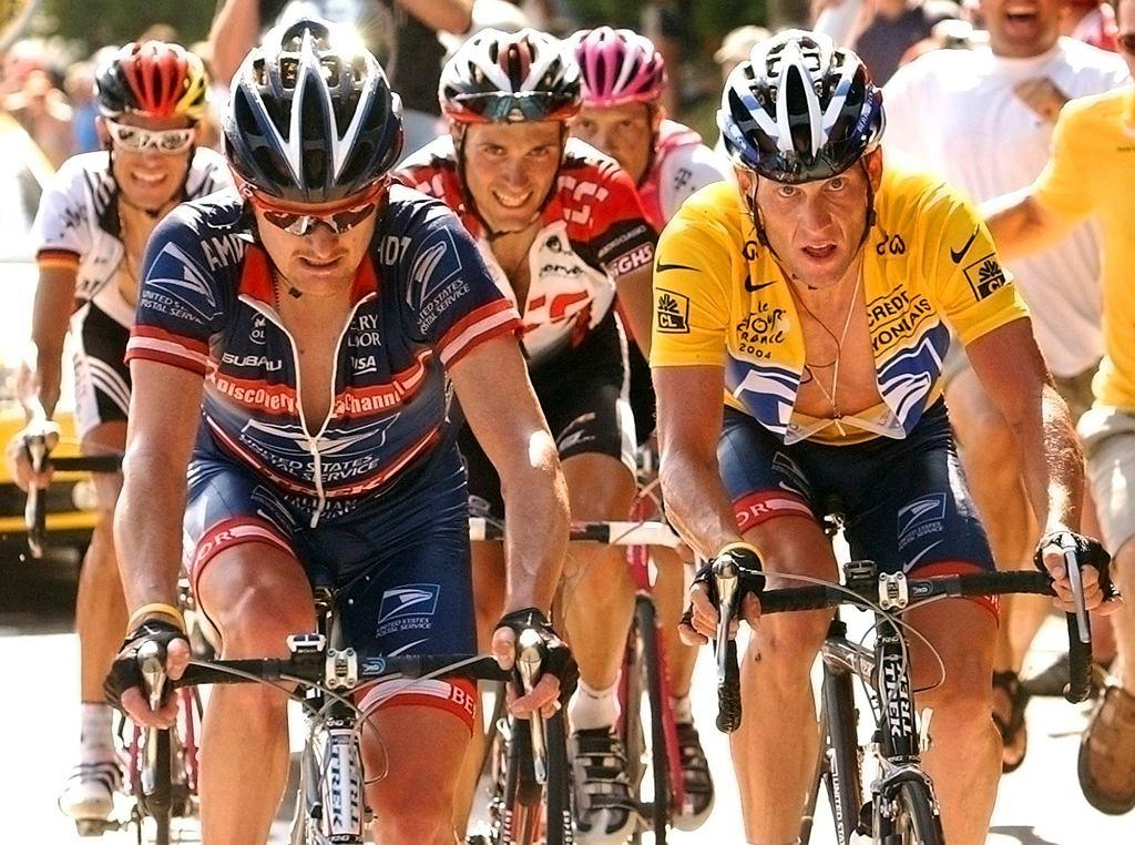 Lance Armstrong u boku Floyda Landisa, którego uważa za zdrajcę najgorszego sortu, na podjeździe pod La Croix Fry podczas Tour de France w 2004 r.