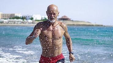 65-letni muskularny mężczyzna