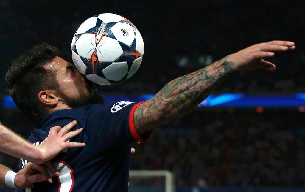 Ezequiela Lavezziego bliskie spotkanie piłką. Argentyńczyk już w czwartej minucie zdobył jednak bramkę, dającą prowadzenie PSG