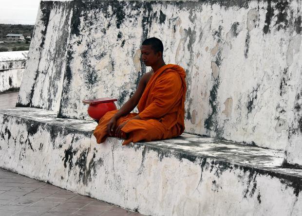 Buddyjski mnich podczas medytacji w tajskiej świątyni