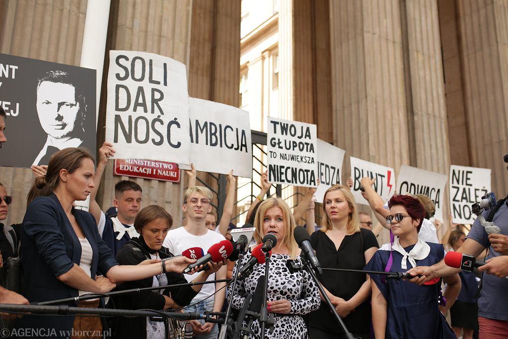 'Gruntujemy cnoty niewieście'. Protest Strajku Kobiet pod MEN-em w Warszawie