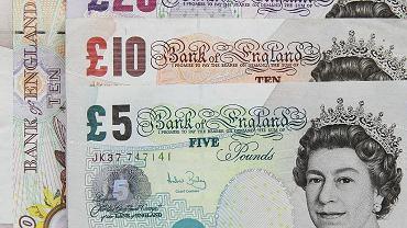 Kursy walut 22.09. Złoty w dół, broni się tylko wobec funta [kurs dolara, funta, euro, franka]