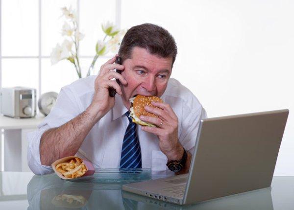 Jedzenie przy biurku jest mało taktowne i powoduje dyskomfort u innych