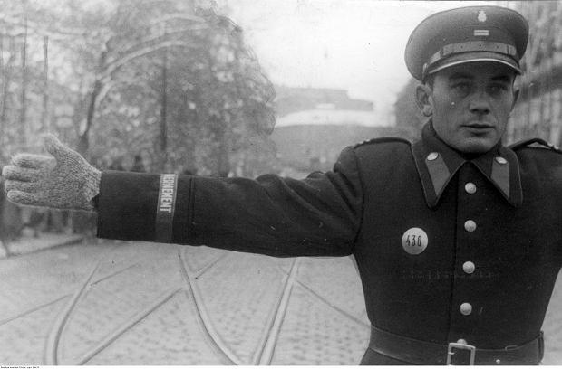 Polski policjant (granatowy) podczas kierowania ruchem ulicznym, październik 1940 r.