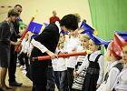 Piłkarze Zawiszy i ich szefowa w szkole. Oglądają następców