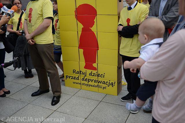 Konferencja przed Sejmem zorganizowana przez Komitet Inicjatywy Ustawodawczej Stop Pedofilii