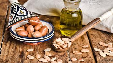 Do wyprodukowania 1 litra oleju potrzeba około 30 kilogramów owoców arganii, co jest odpowiednikiem rocznego plonu z 6-7 drzew.
