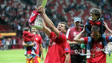 Grzegorz Krychowiak z trofeum