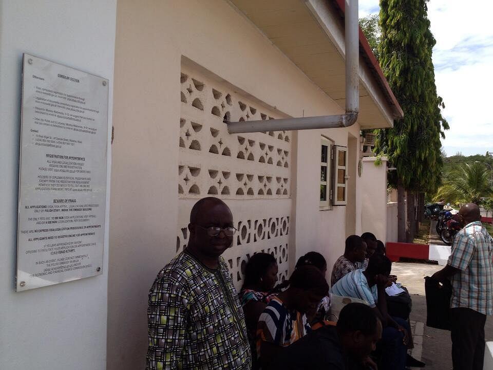 Nigeryjczycy przed polską ambasadą w Abudży