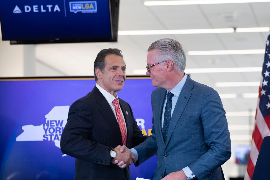 Gubernator Nowego Jorku, Andrew Cuomo i Ed Bastian, CEO Delta Air Lines na lotnisku LaGuardia